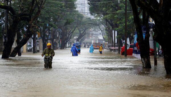 Затопленная дорога после тайфуна Дамри во Вьетнаме. 5 ноября 2017