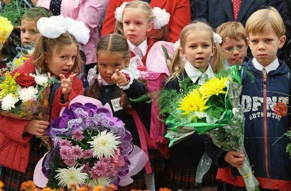 Ученики младших классов 1 сентября. Архив