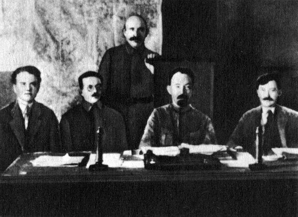 Члены коллегии ВЧК (слева направо) Я. X. Петерс, И. С. Уншлихт, А. Я. Беленький (стоит), Ф. Э. Дзержинский, В. Р. Менжинский, 1921 г.