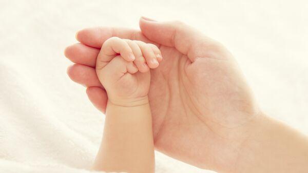 Руки ребенка и матери. Архивное фото