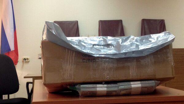 Коробка с деньгами в здании Замоскворецкого суда, где проходит слушание по делу экс-министра экономического развития Алексея Улюкаева. 8 ноября 2017