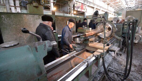 Рабочий обрабатывает деталь на станке в цехе ОАО Завод Дагдизель в Каспийске