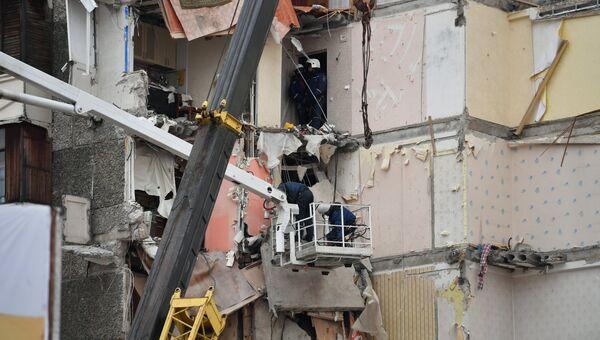 Сотрудники МЧС РФ на месте обрушения части жилого панельного дома по Удмуртской улице в Ижевске. 10 ноября 2017