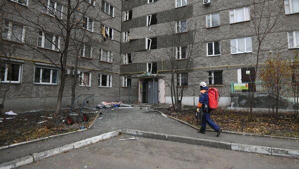 Сотрудник МЧС РФ на месте обрушения части жилого панельного дома по Удмуртской улице в Ижевске. Архивное фото