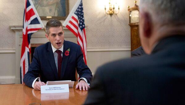 Глава Минобороны Великобритании Гэвин Уильямсон во время встречи с  Джеймсом Мэттисом в Лондоне