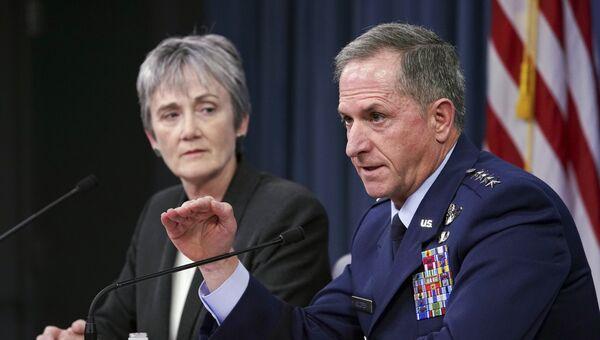 Министр американских ВВС Хезер Уилсон и генерал Дэвид Голдфин во время брифинга в Пентагоне