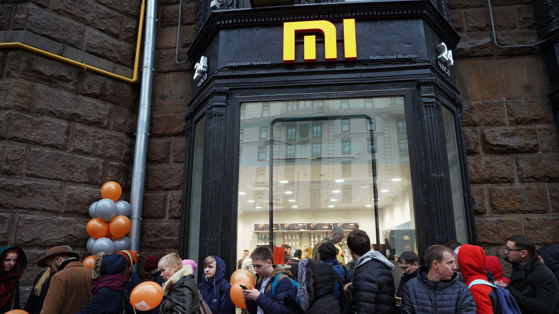 Посетители у магазина Xiaomi на Тверской лице в Москве. 11 ноября 2017 - РИА Новости, 1920, 25.11.2020