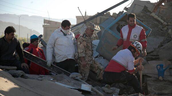 Поисково-спасательные работы после землетрясения в иранской провинции Керманшах. 13 ноября 2017