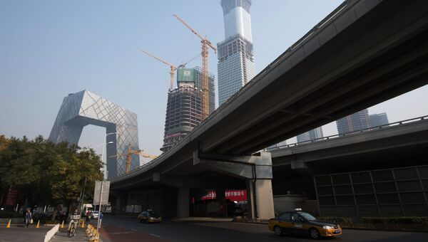 Слева - штаб-квартира центрального китайского телевидения CCTV в Пекине. Архивное фото