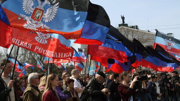 Участники митинга в честь годовщины провозглашения Донецкой народной республики
