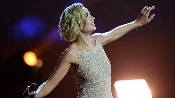 Певица Полина Гагарина выступает на праздничном концерте, приуроченном к Международному дню учителя в Государственном Кремлёвском дворце