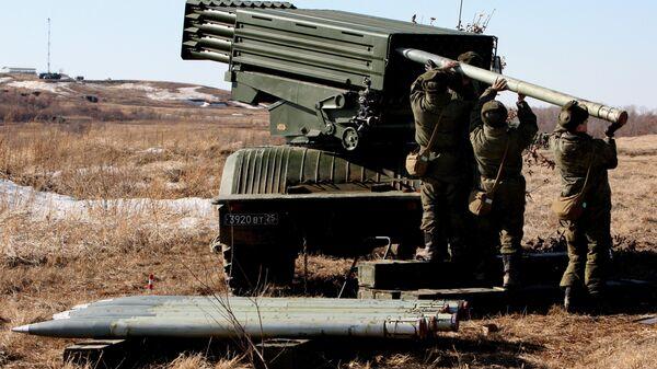 Военнослужащие заряжают реактивную артиллерийскую установку Торнадо