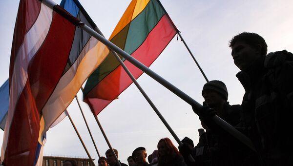 Люди с флагами Латвии, Эстонии и Литвы . Архивное фото