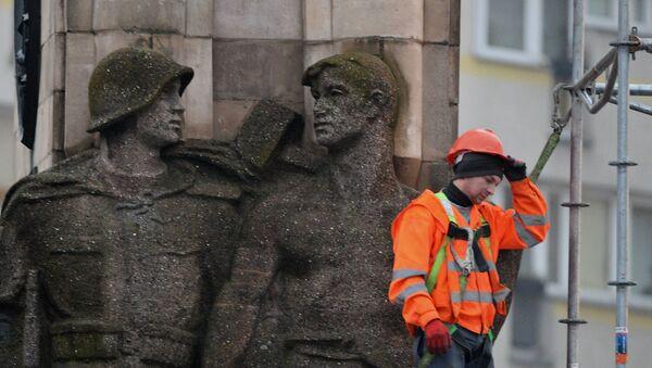 Рабочий во время монтажа строительных лесов памятника благодарности Красной армии в центре города Щецин. Архивное фото