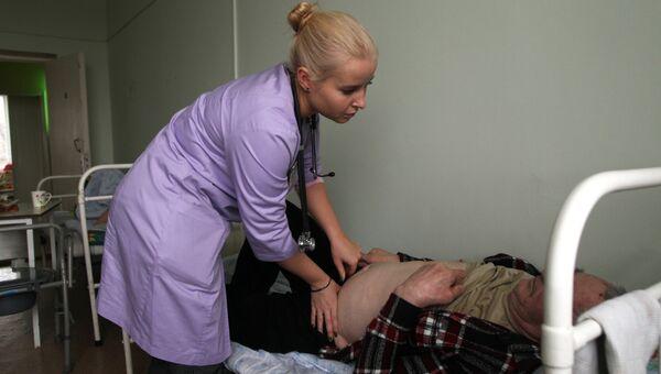 Наталья Флеглер во время обхода в отделении сестринского ухода в Заостровской участковой больнице, Архангельская область