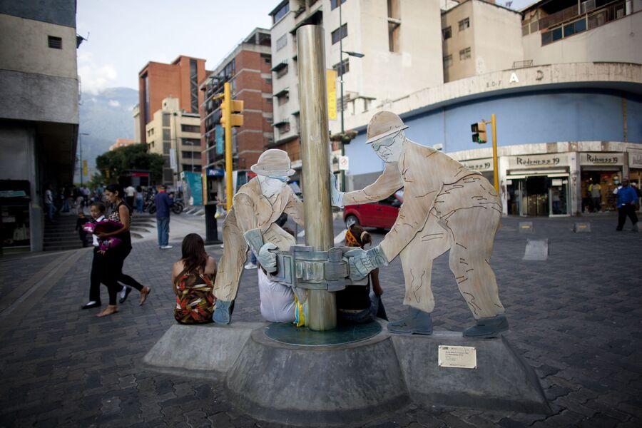 Скульптура нефтяных рабочих, установленная на одной из улиц Каракаса
