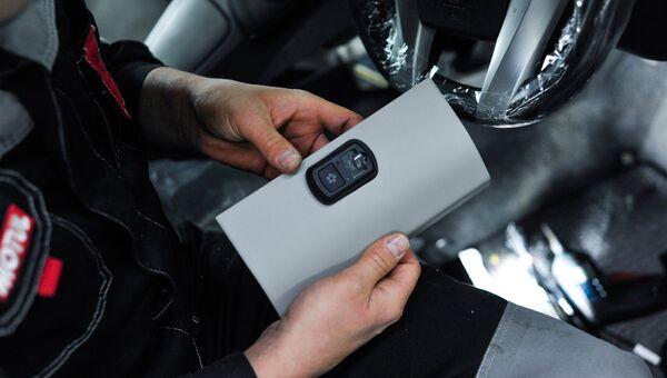Установка российской системы экстренного реагирования при авариях ЭРА-ГЛОНАСС в автомобиль. Архивное фото