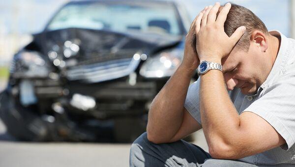 Мужчина возле разбитой машины