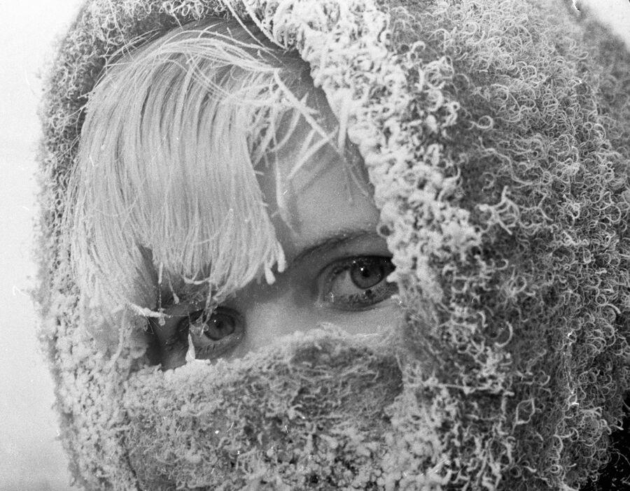Пермячка в пуховом платке, заиндевевшим в мороз