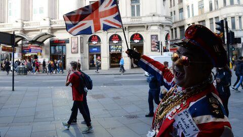 Прохожие на улице Лондона