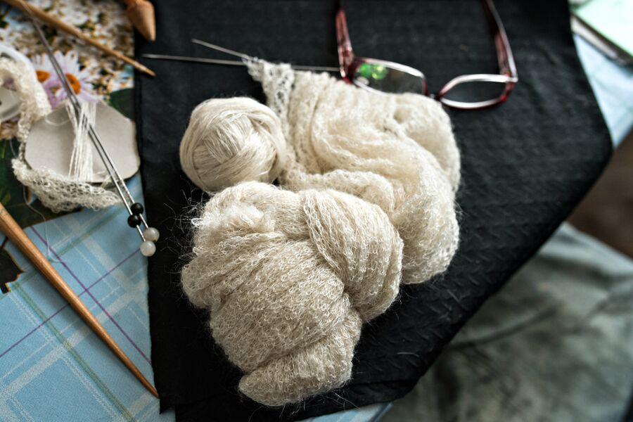 Детали для изготовления пухового ажурного платка и недовязанная шаль