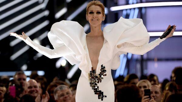 Селин Дион выступает с песней My Heart will Go On на церемонии вручения Billboard Music Awards в Лас-Вегасе, США