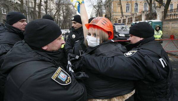 Задержание активисток женской правозащитной группы Фемен во время акции протеста против президента Украины Петра Порошенко в Киеве. 21 ноября 2017