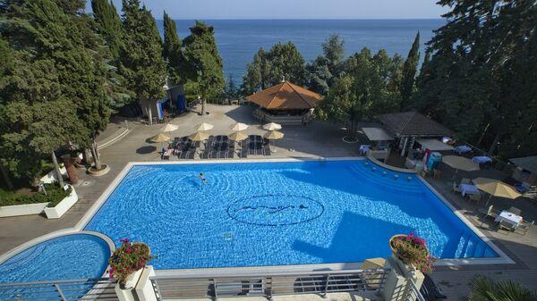 Бассейн на территории отеля Море в Профессорском уголке Алушты