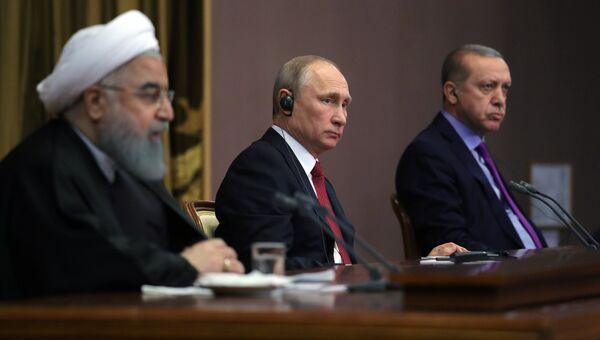 Владимир Путин, президент Ирана Хасан Рухани и президент Турции Реджеп Тайип Эрдоган во время совместного заявления для прессы по итогам встречи. Архивное фото