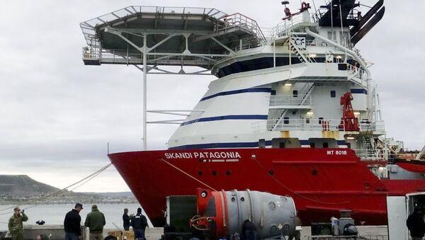 Спасательная команда флота ВМС США возле судна Skandi Patagonia в гавани Комодоро-Ривадавия пред отплытием на поиски пропавшей субмарины Сан-Хуан. 21 ноября 2017