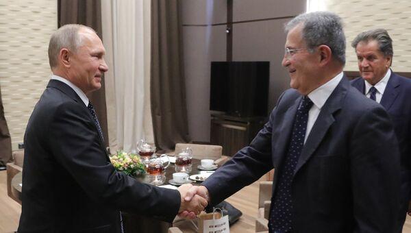 Президент РФ Владимир Путин и бывший премьер-министр Италии Романо Проди во время встречи. 23 ноября 2017