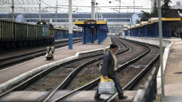 Пассажирские платформы железнодорожного вокзала в Симферополе