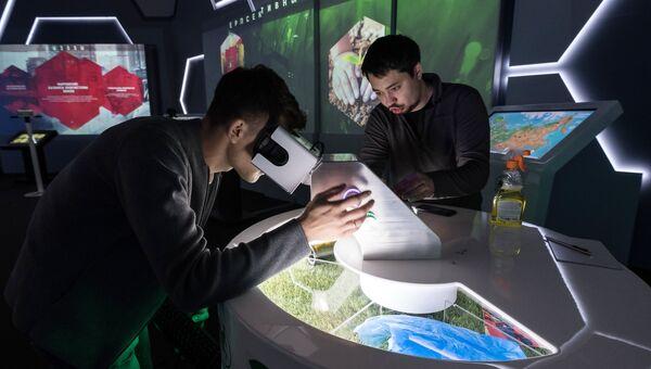 Посетители у стенда министерства природных ресурсов и экологии РФ на выставке Россия, устремленная в будущее в Центральном Манеже в Москве