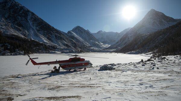 Вертолет во время посадки у озера Акаем, где проходит туристический маршрут к горе Белуха