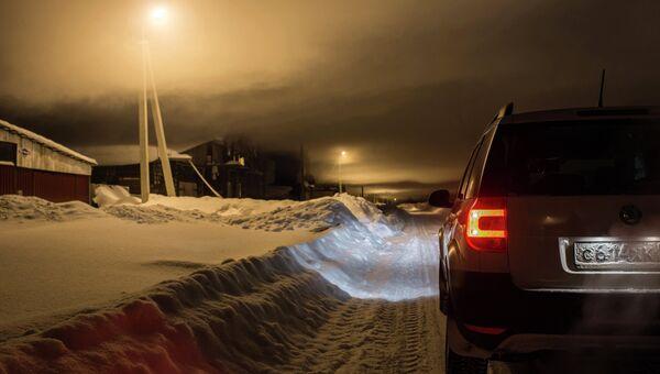 Автомобиль на заснеженной дороге