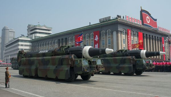 Пусковые установки баллистических ракет средней дальности во время парада в Пхеньяне