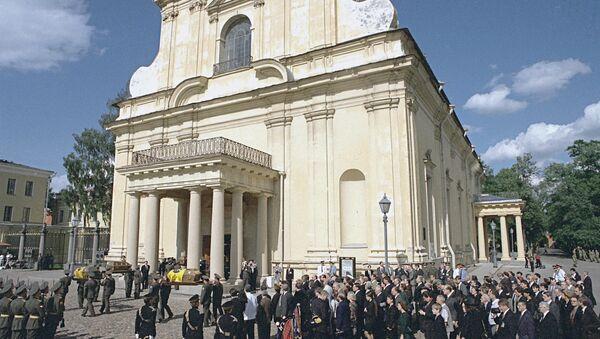 Участники траурной церемонии погребения останков императора Николая II, членов его семьи и приближенных, убитых большевиками в 1918 году, на площади перед Петропавловским собором