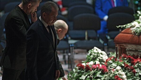 Министр обороны РФ Сергей Шойгу (второй слева) на церемонии прощания с оперным певцом Дмитрием Хворостовским в Концертном зале имени П. И. Чайковского в Москве