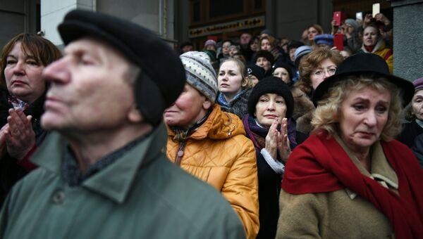 Горожане во время выноса гроба после церемонии прощания с оперным певцом Дмитрием Хворостовским в Концертном зале имени П. И. Чайковского в Москве