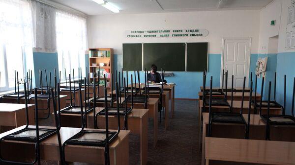 Преподаватель в школьном кабинете
