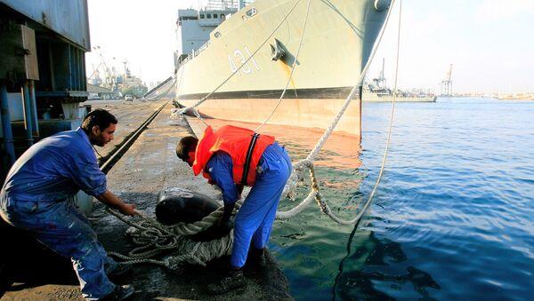 Рабочие в порту города Порт-Судан на Красном море. Архивное фото