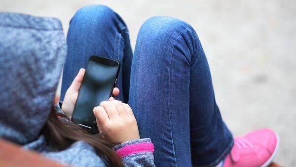 Ребенок со смартфоном. Архивное фото