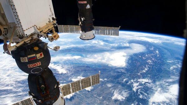 Российские космические корабли Союз и Прогресс на фоне нашей планеты