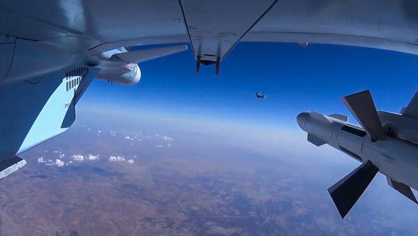 Самолет Су-30 ВКС РФ во время боевого вылета в Сирии. Архивное фото