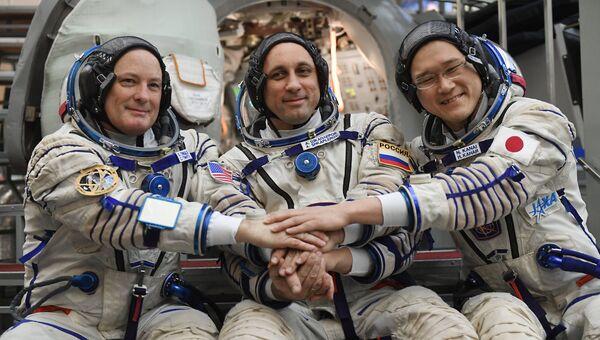 Члены основного экипажа 54/55-й длительной экспедиции на Международную космическую станцию астронавт НАСА Скотт Тингл, космонавт Роскосмоса Антон Шкаплеров и астронавт ДжАКСА Норишиг Канаи (слева направо)