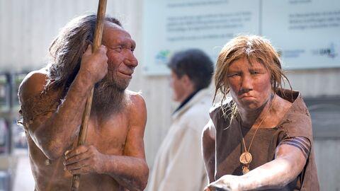 Реконструкция первобытных мужчины и женщины в музее неандертальцев в Меттмане