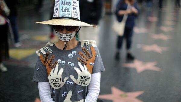 Женщина во время марша против сексуальных домогательств в Голливуде, США