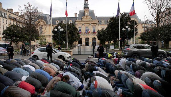 Мусульмане во время молитвы на площади перед ратушей в пригороде Парижа. Архивное фото
