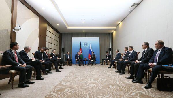 Главное исполнительное лицо Исламской Республики Афганистан Абдулла Абдулла и председатель правительства РФ Дмитрий Медведев во время встречи на полях Совета глав правительств стран ШОС. 1 декабря 2017