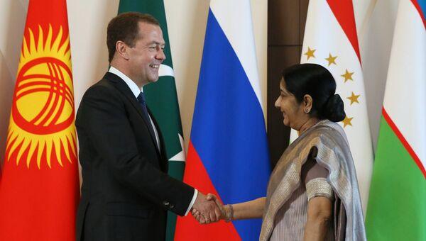 Председатель правительства РФ Дмитрий Медведев и министр иностранных дел Индии Сушма Сварадж перед заседанием Совета глав правительств стран Шанхайской организации сотрудничества в Сочи. 1 декабря 2017